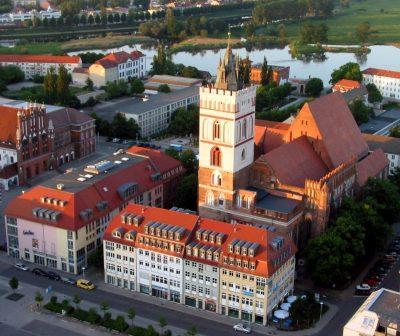 Marienkirche, von oben, und Rathaus (links), Frankfurt (Oder)