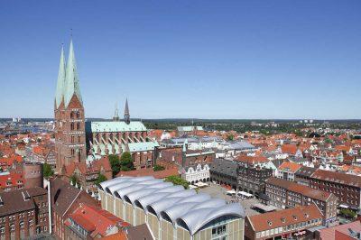 Blick über Lübeck mit Marienkirche