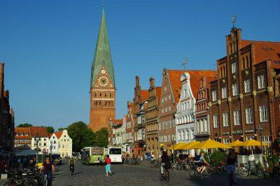St.-Johannis-Kirche und Häuser am Sand, Lüneburg