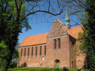 Klosterkirche St. Maria Sonnenkamp, Blick auf die Südseite auf Ansatzspuren des Kreuzgangs, Neukloster
